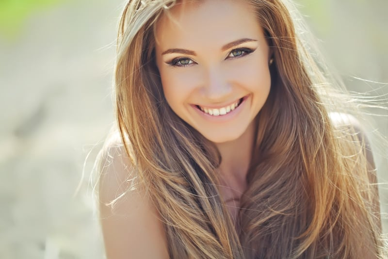 schön-attraktiv-frau-lächelnd