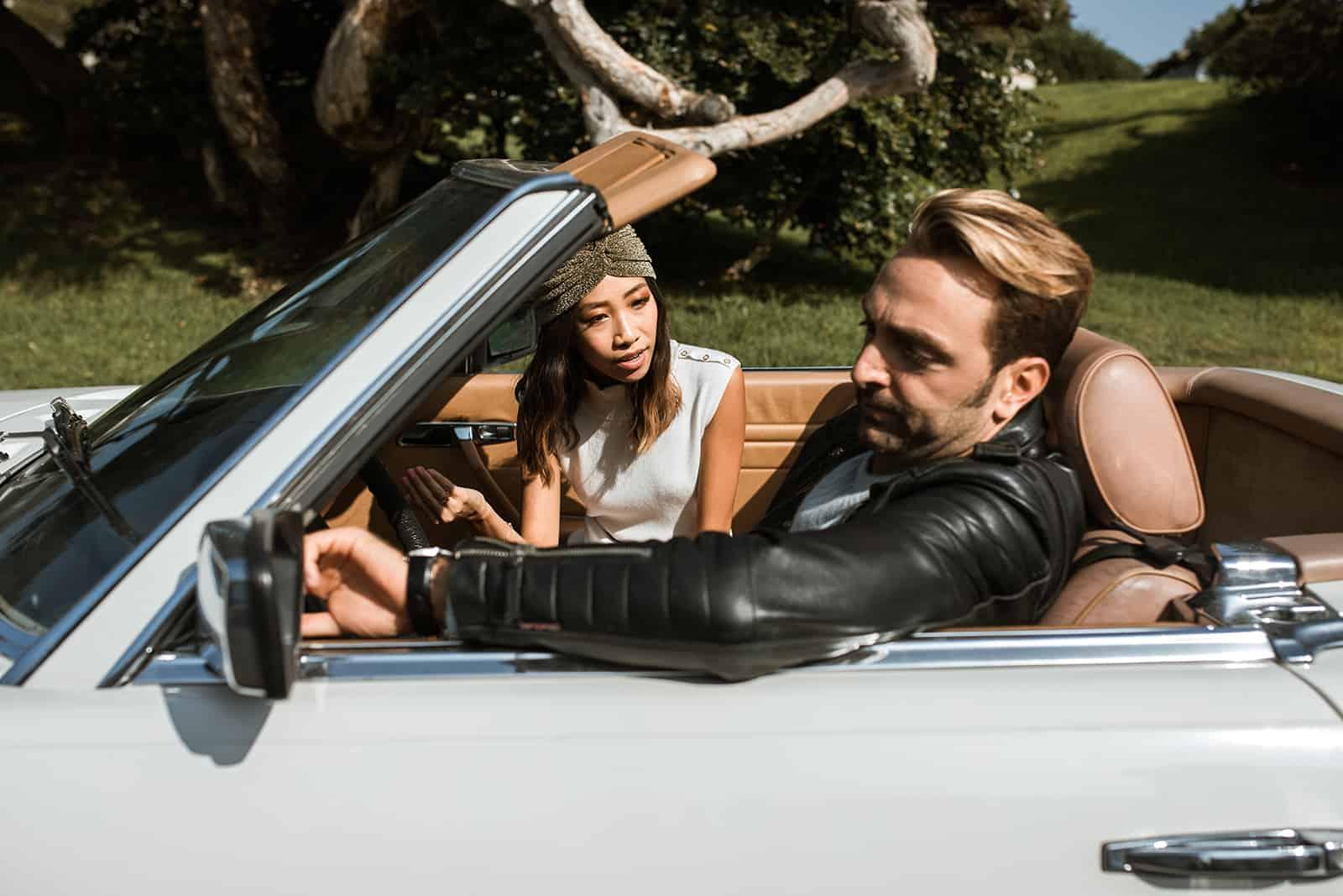 verärgerte Frau, die mit einem Mann spricht, während sie zusammen im Auto sitzt