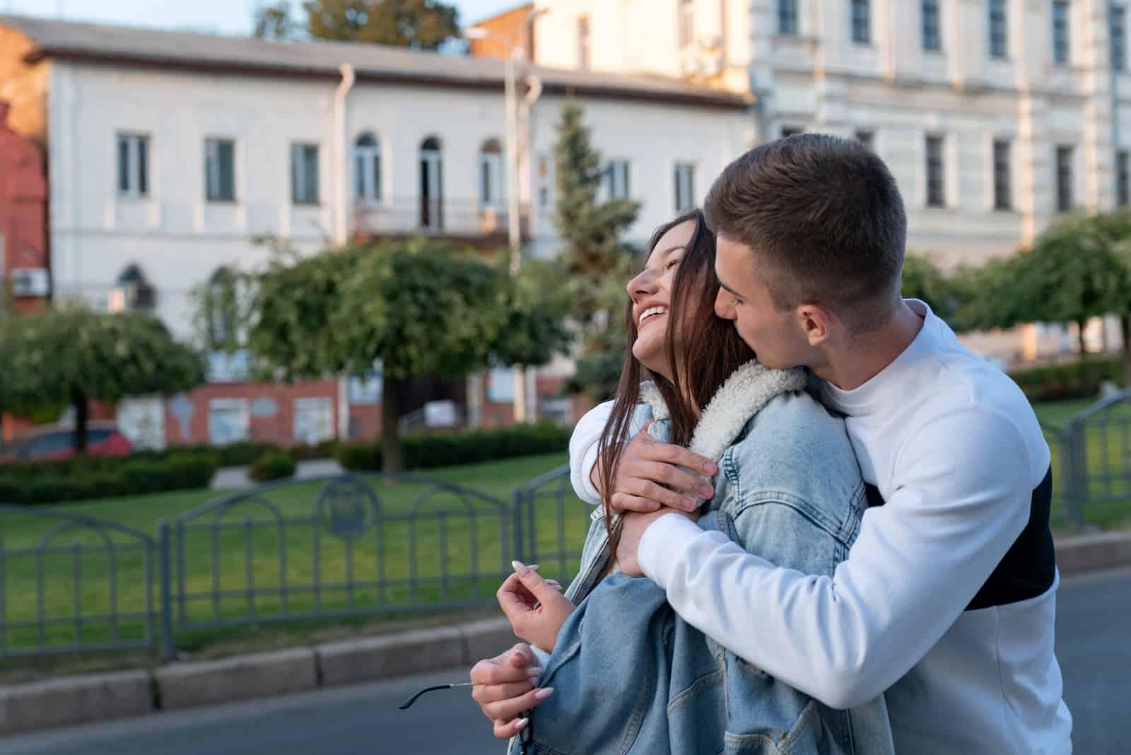 Draußen gleitet der Mann und küsst die Frau von hinten
