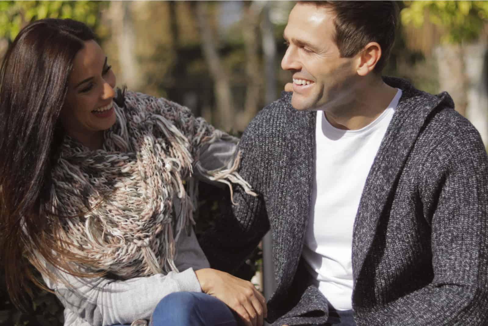 Draußen sitzt das glückliche Paar und redet