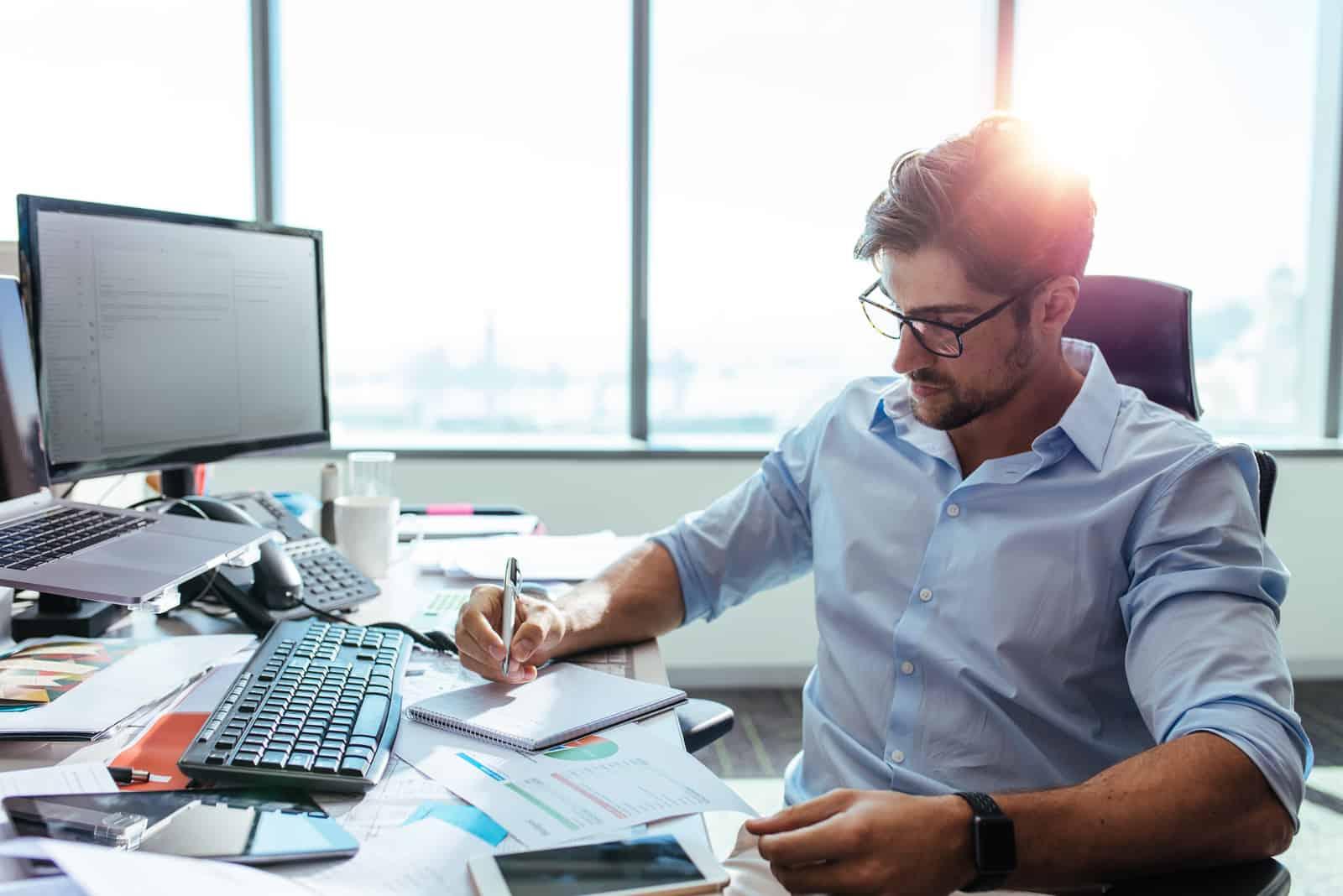 Ein Geschäftsmann im Büro arbeitet