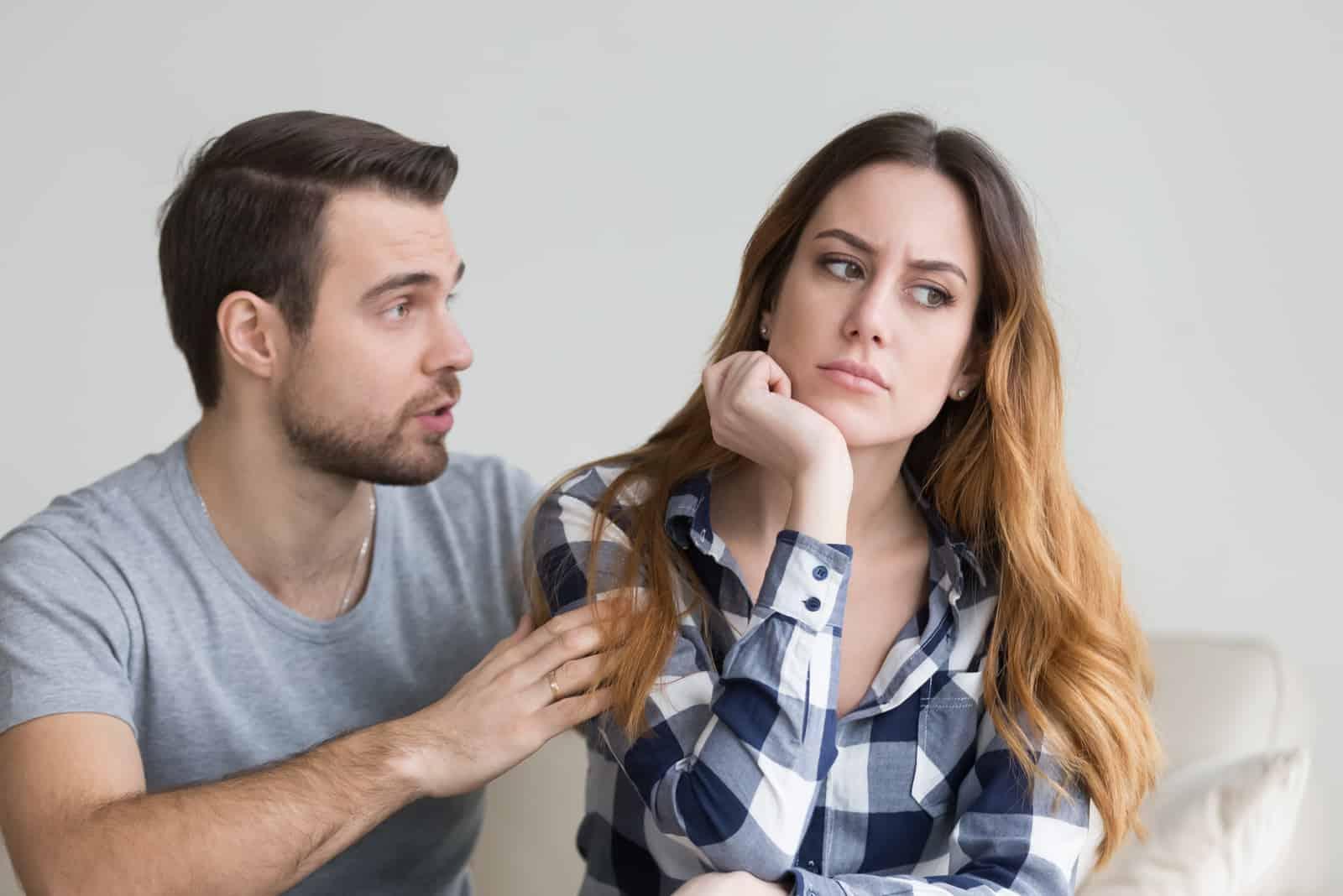 Ein Mann bittet eine wütende Frau