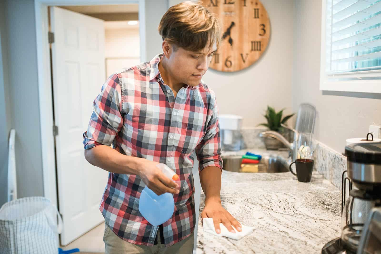 ein Mann, der eine Küche mit weißem Papier putzt