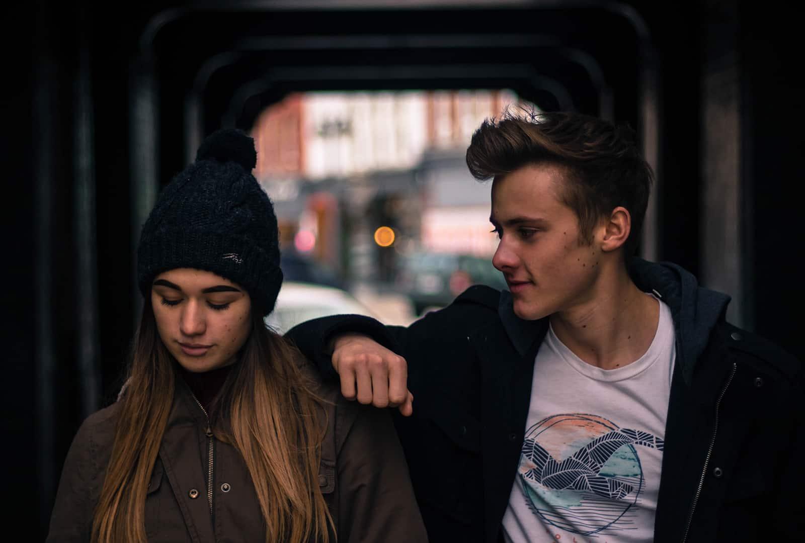 Ein Mann stützte sich auf die Schulter einer Frau, während sie nach unten schaute