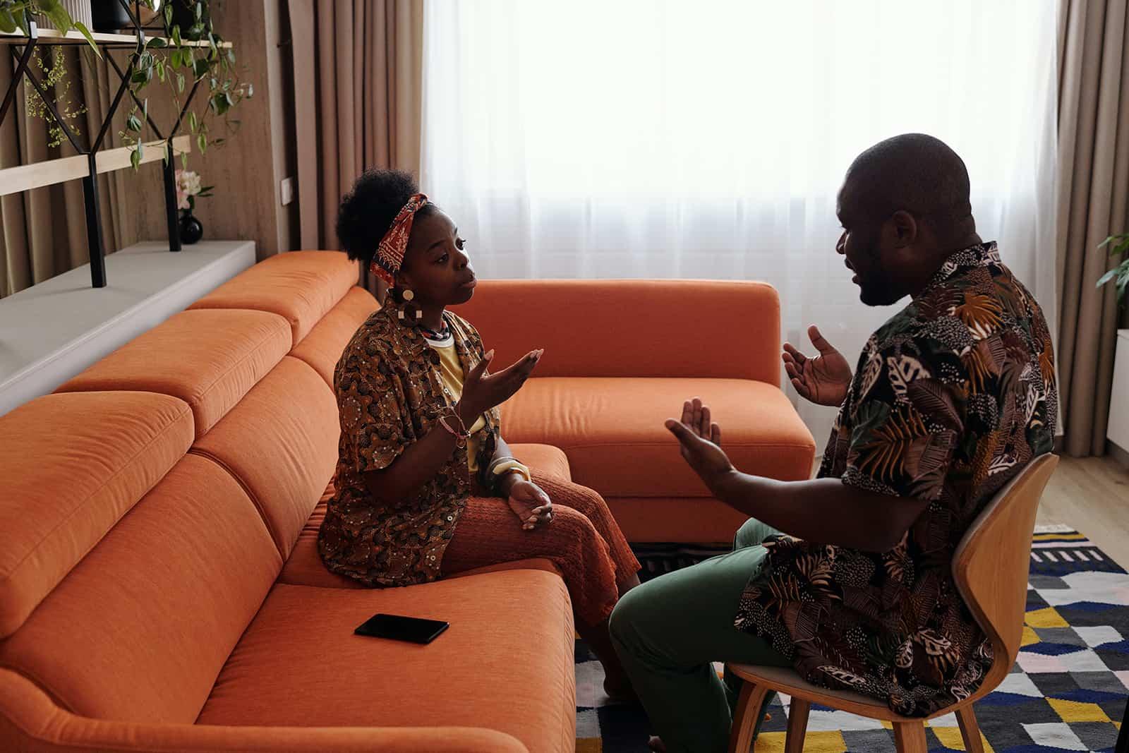 Ein Mann und eine Frau haben eine Diskussion im Wohnzimmer