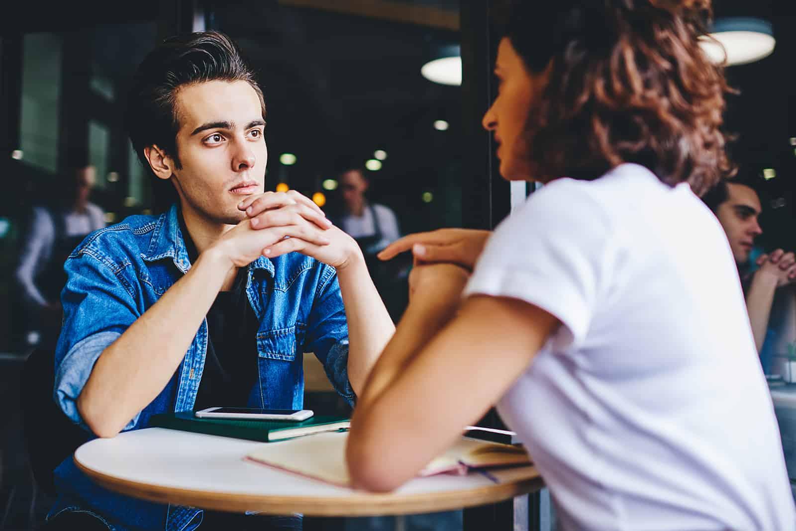 Ein Mann und eine Frau unterhalten sich ehrlich im Café