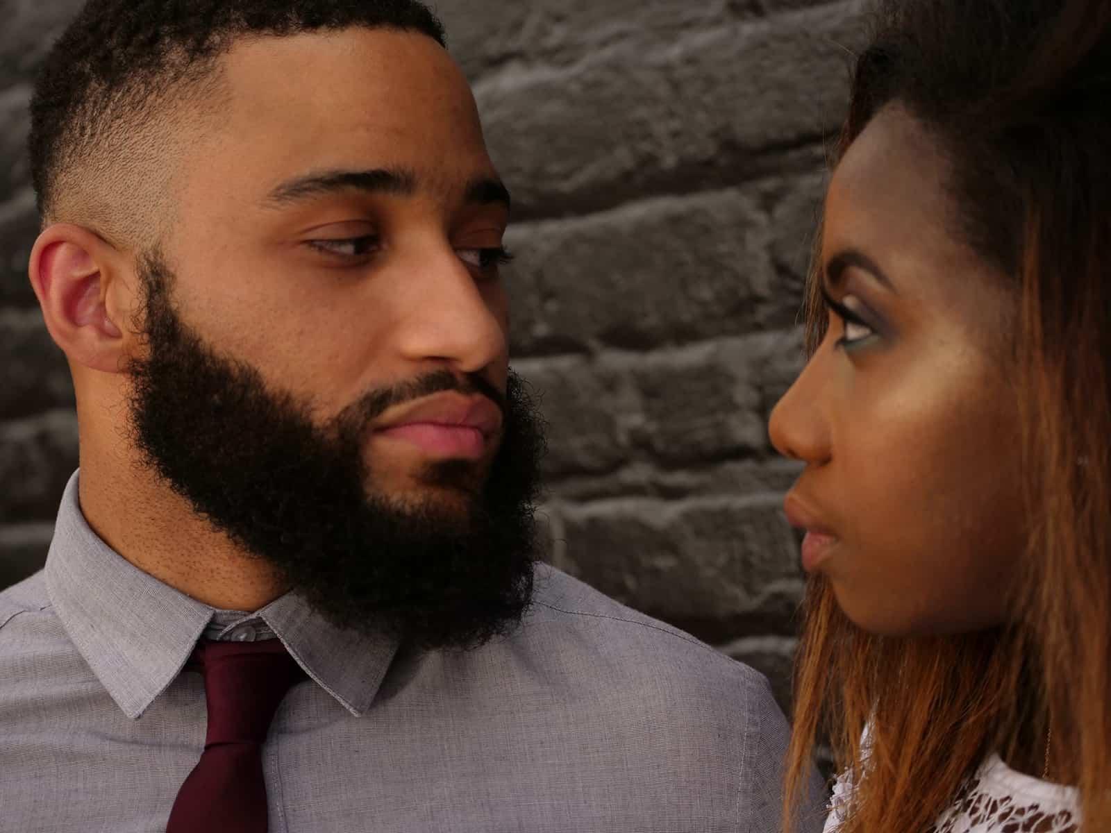 Ein Mann und eine Frau sehen sich an und stehen in der Nähe der Mauer
