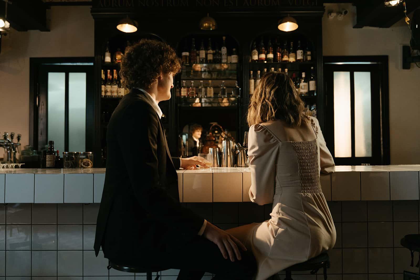 Ein Mann und eine Frau sitzen an einem Schalter an der Theke