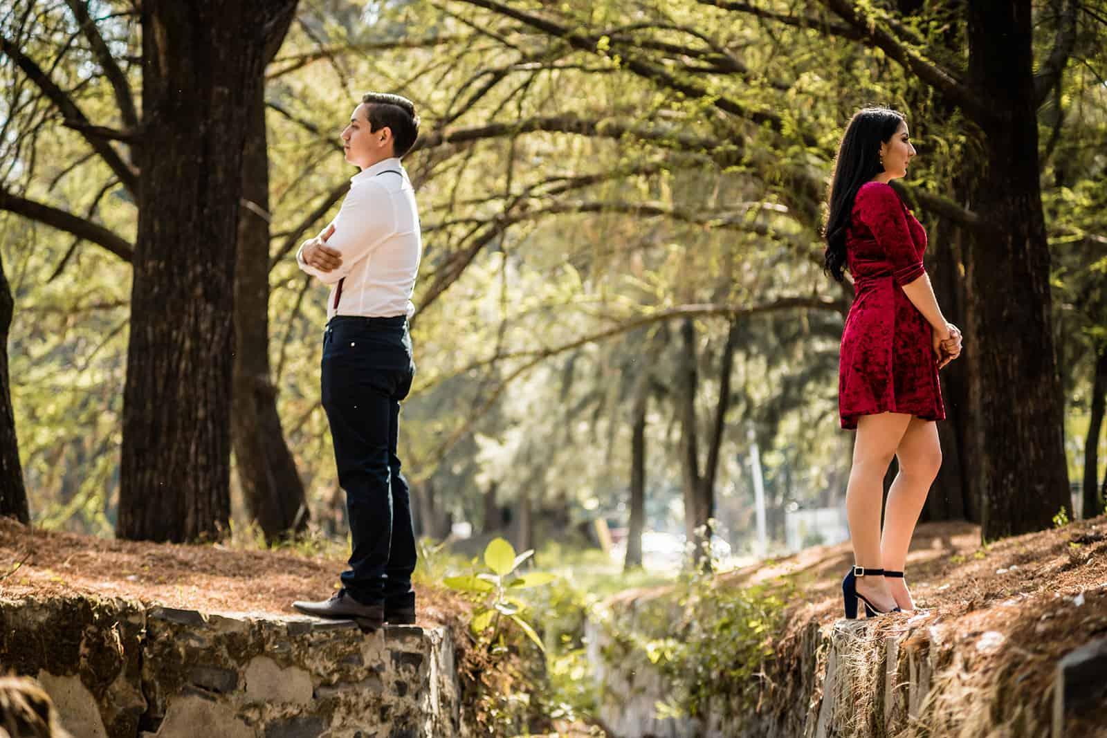 Ein Mann und eine Frau standen mit dem Rücken zueinander auf einer Klippe