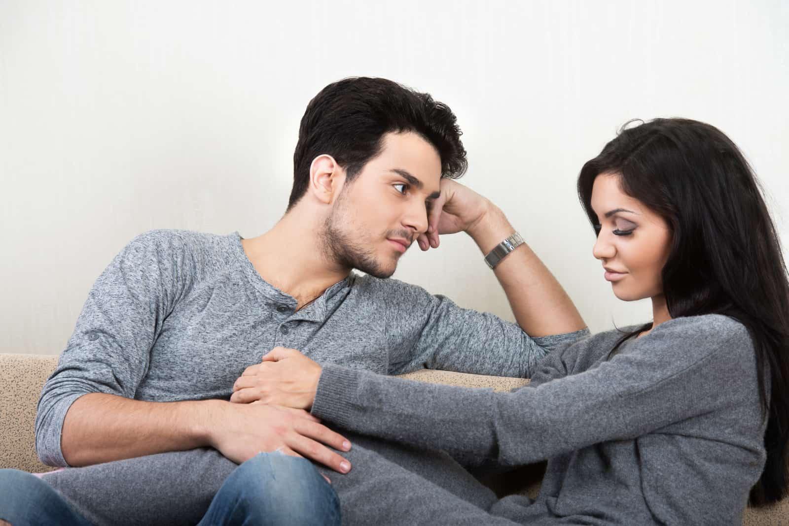 Ein Paar redet auf der Couch(3)