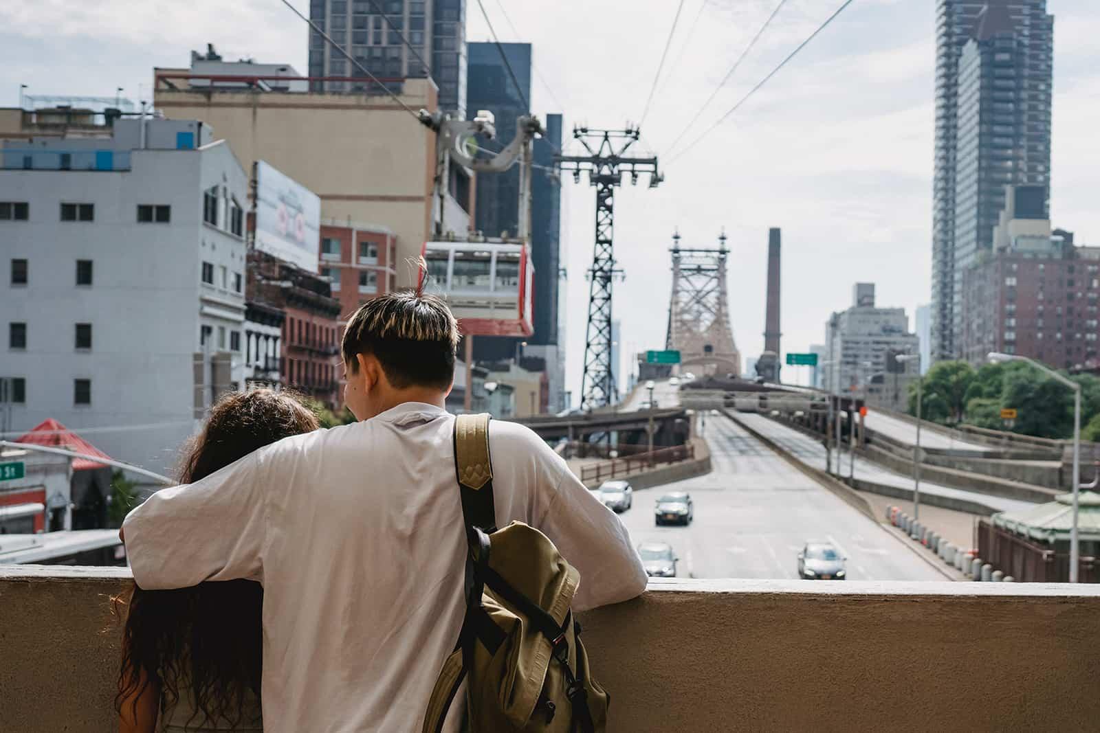 Ein Paar umarmt sich und blickt auf seiner Reise auf die Stadt