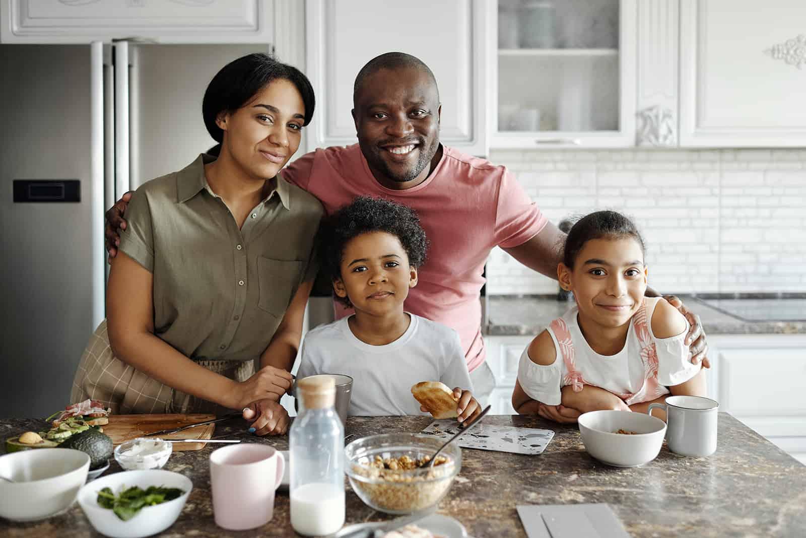 Eltern und Kinder bereiten das Frühstück in der Küche zu