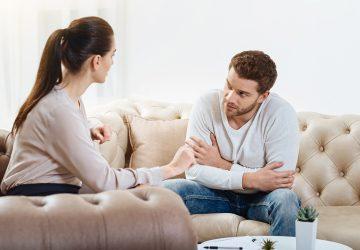Ein Mann und eine Frau unterhalten sich angenehm