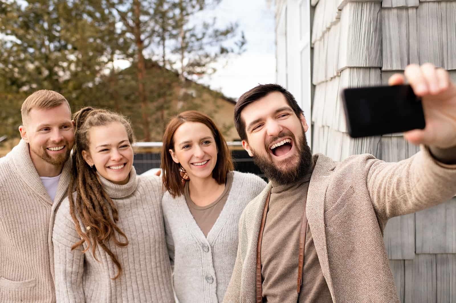 Gruppe von Freunden, die ein Selfie machen, während sie auf der Terrasse stehen