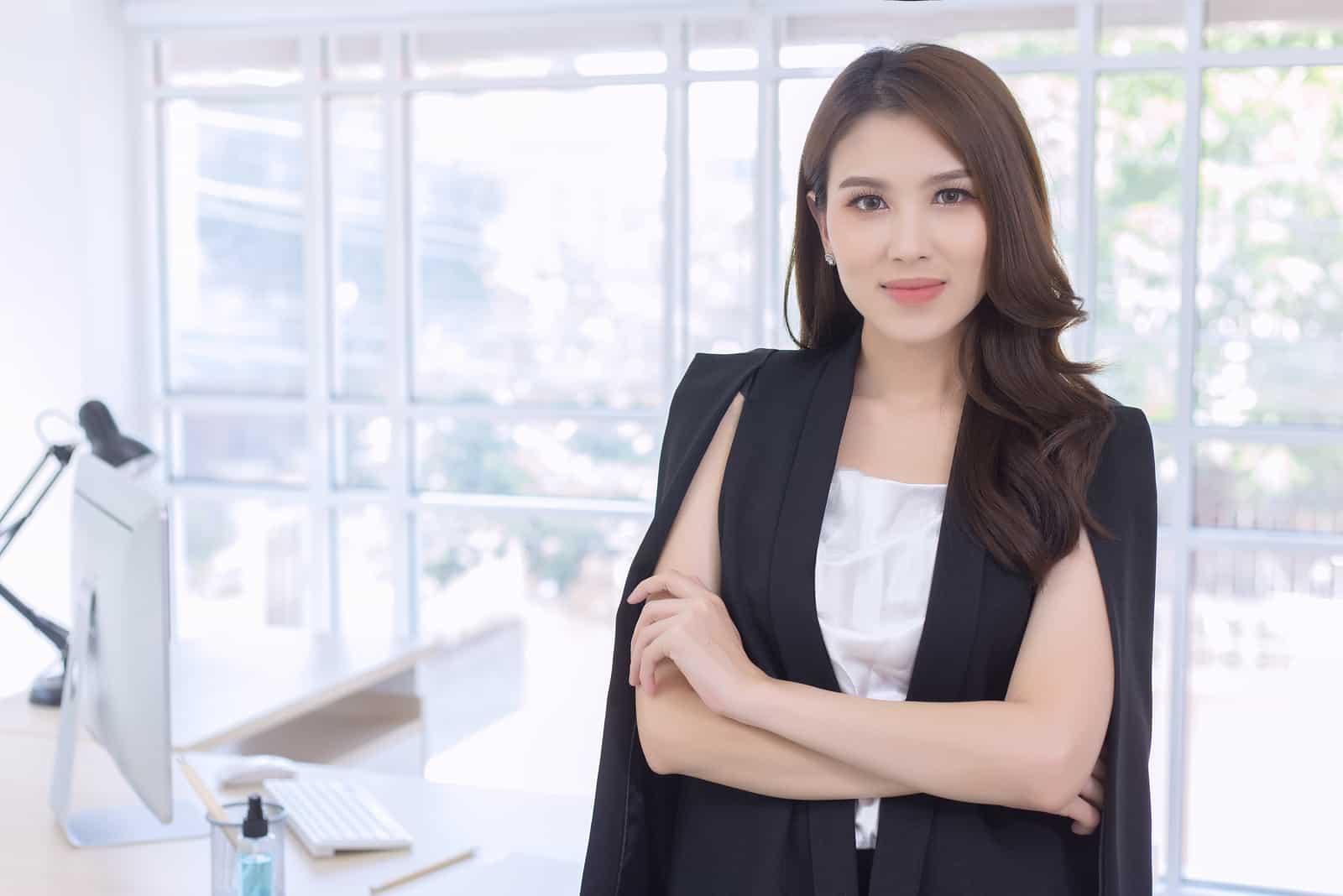 Im Büro ist eine schöne Geschäftsfrau