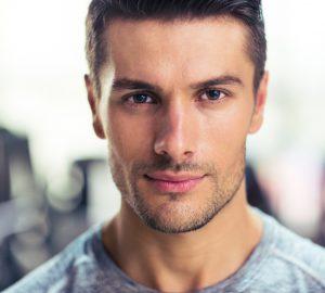ein gutaussehender Mann im Fitnessstudio