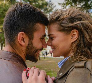 ein liebevolles Paar, das sich gegenüber steht, um sich zu küssen