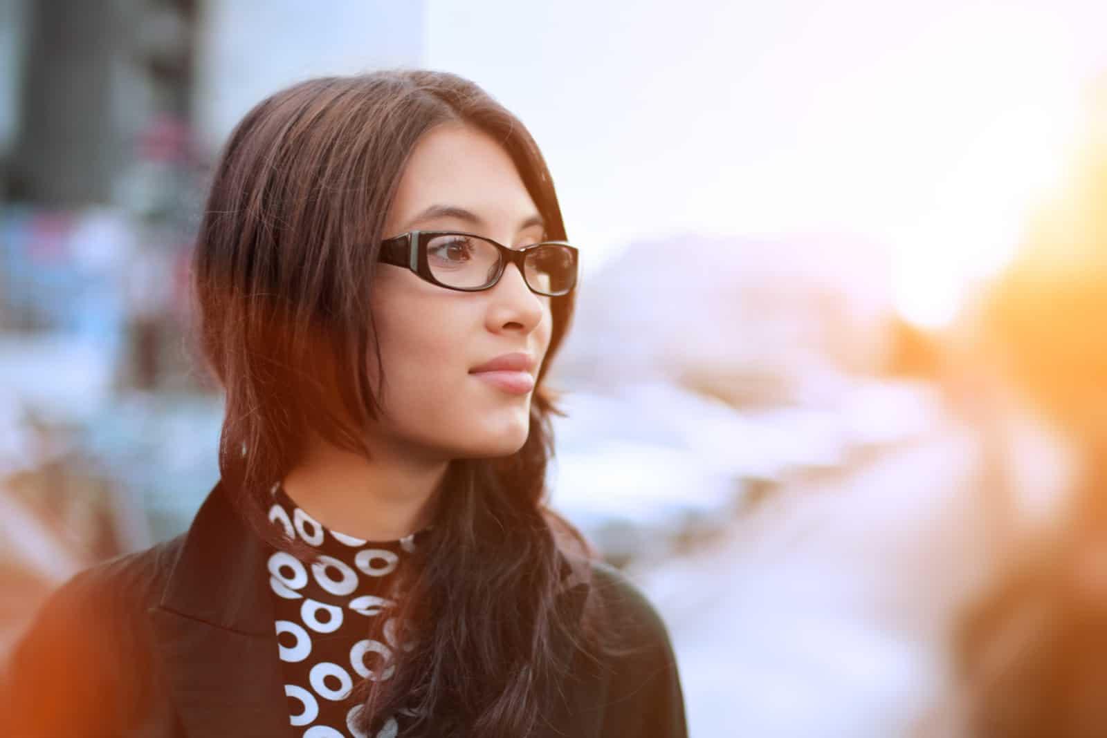 Porträt einer Brünetten mit Brille