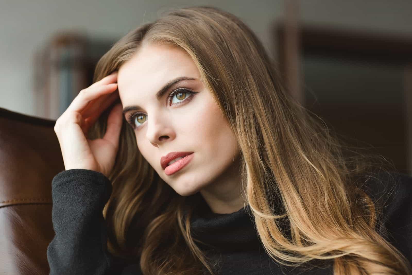 Porträt einer attraktiven traurigen Blondine