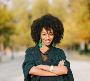 eine selbstbewusst lächelnde schwarze Frau