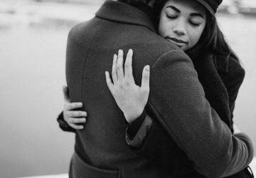 ein liebendes Paar, das sich umarmt