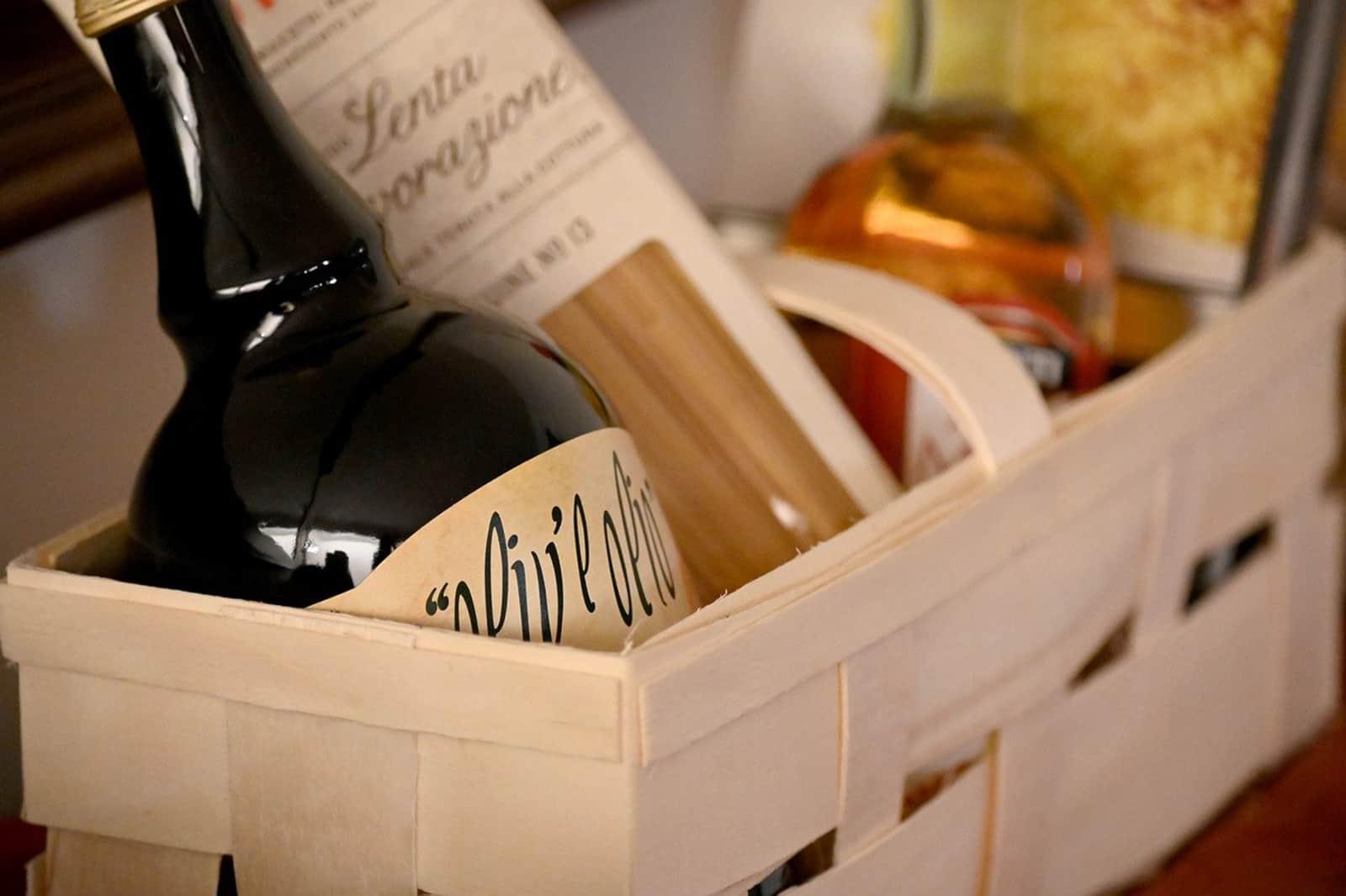 ein Holzkorb mit verschiedenen Produkten als Geschenk