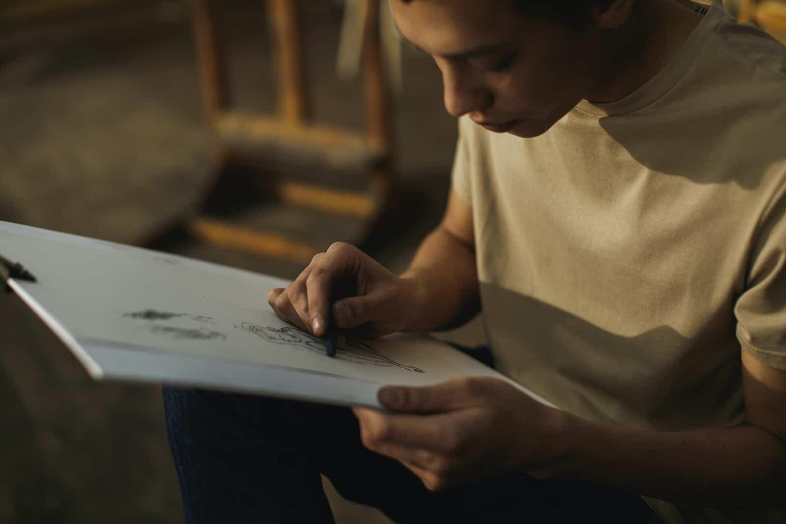 Ein Mann, der seine Freundin auf weißes Papier zeichnet