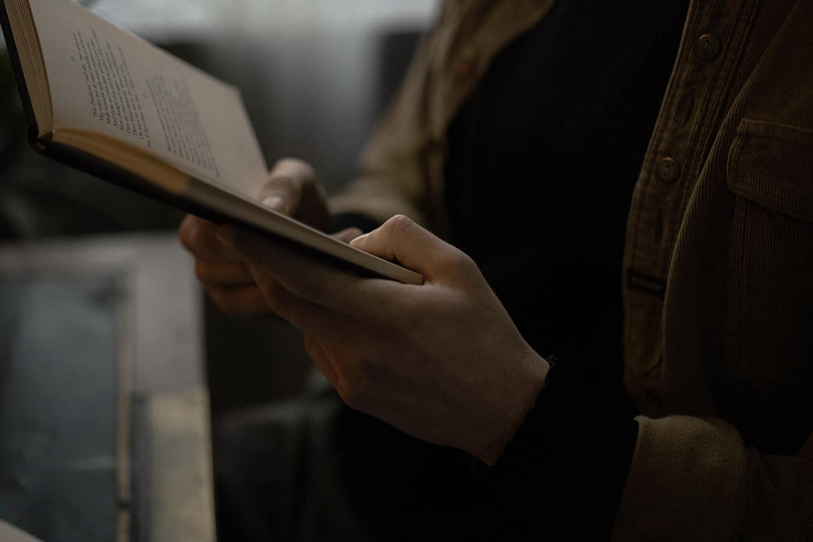 ein Mann, der ein offenes Buch hält und ein Liebesgedicht liest