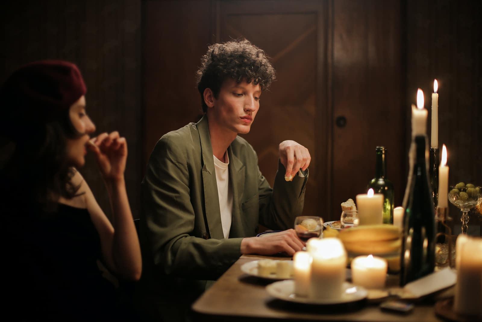 Ein Mann und eine Frau essen zu Hause romantisch zu Abend