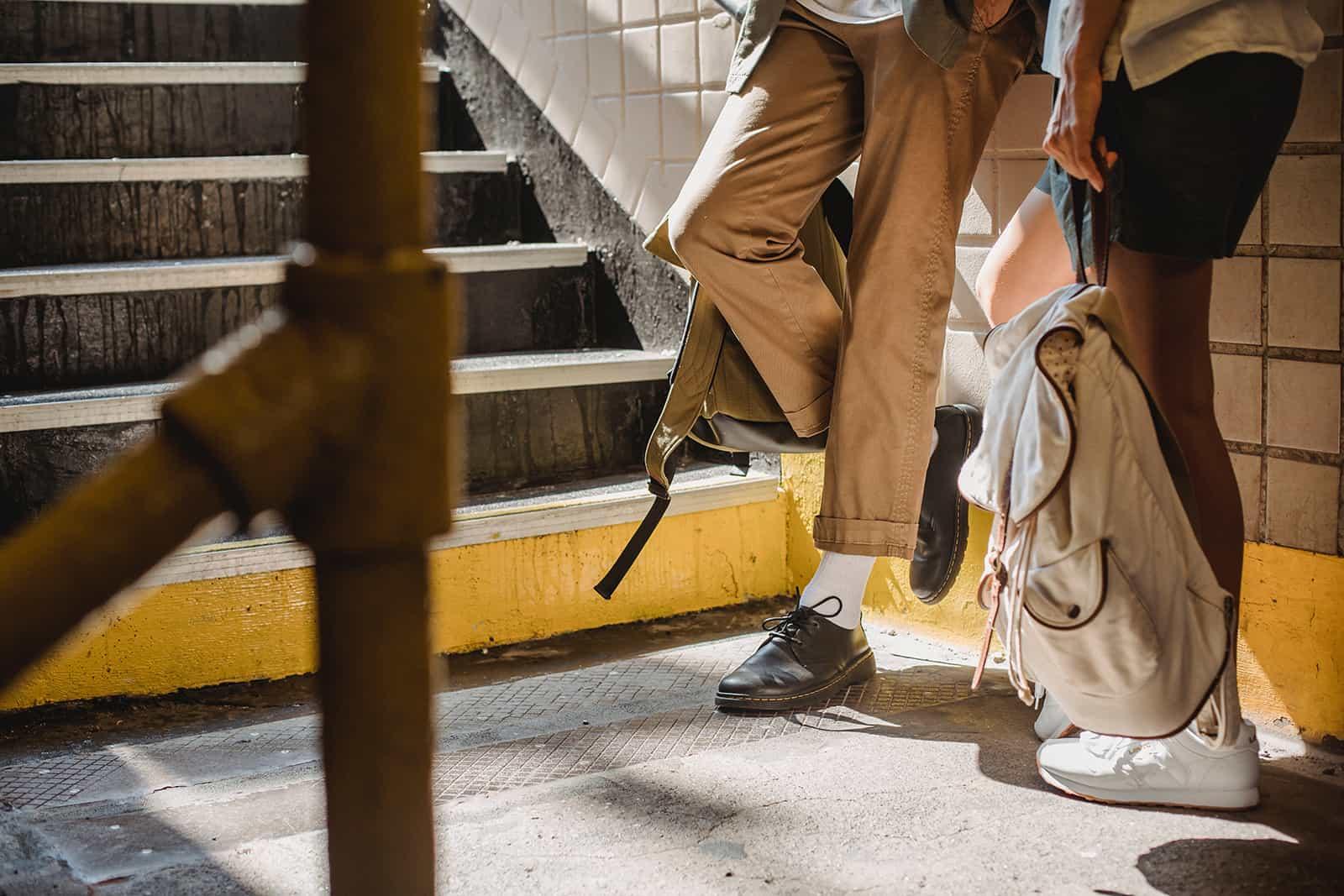 Ein Mann und eine Frau stehen nahe beieinander in der Nähe der Treppe