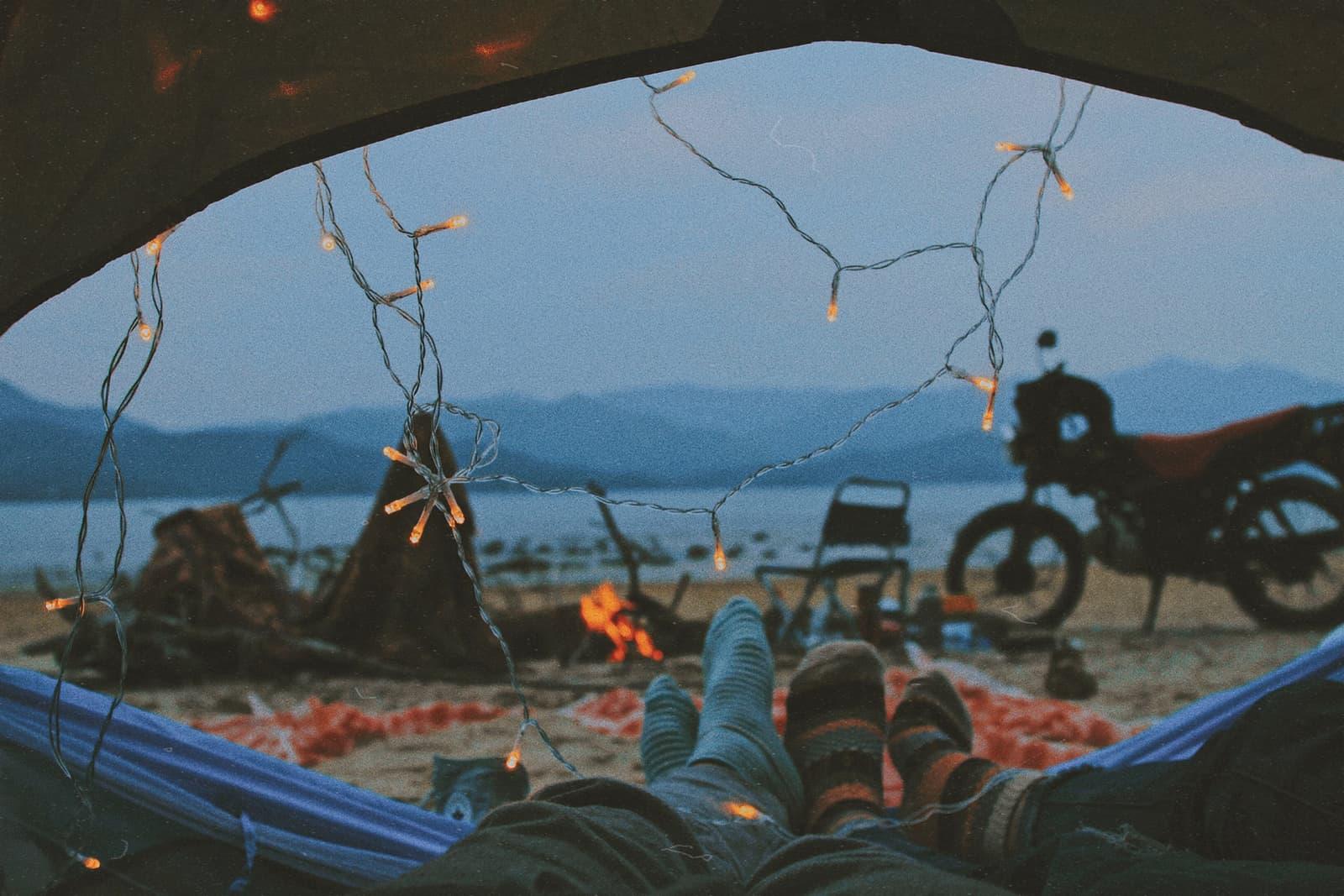 Ein Paar liegt in einem Zelt am Strand