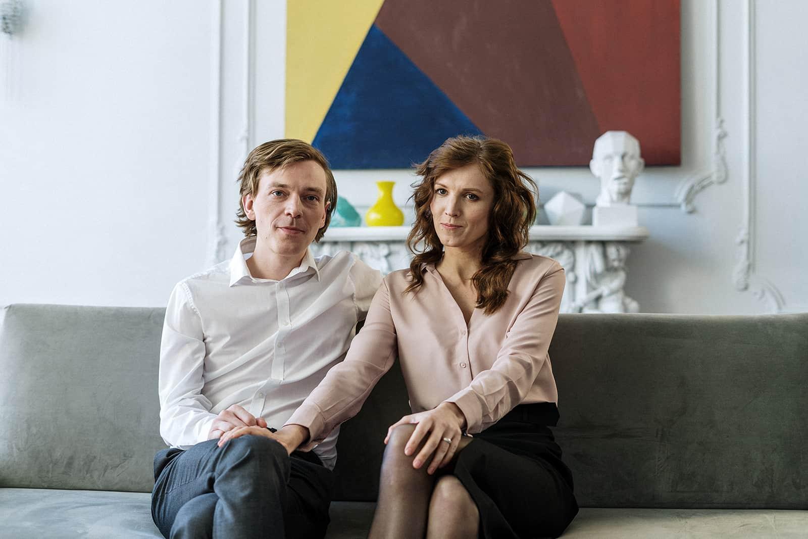 ein Paar sitzt dicht nebeneinander auf der Couch