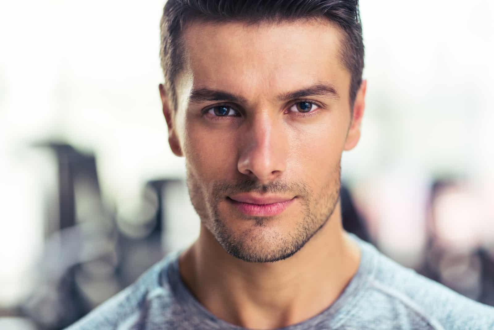 ein Porträt eines gutaussehenden selbstbewussten Mannes