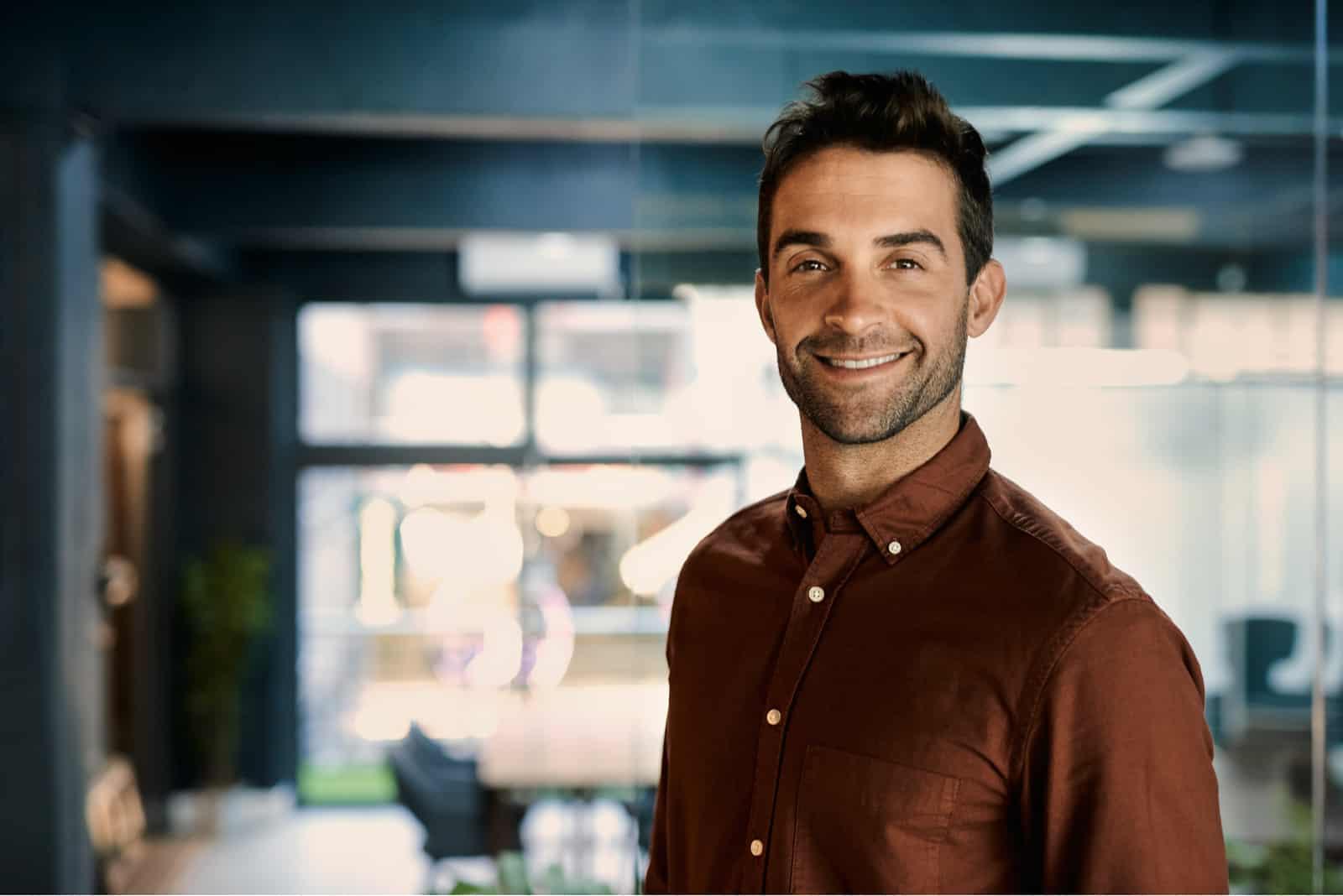 ein Porträt eines selbstbewussten lächelnden Geschäftsmannes