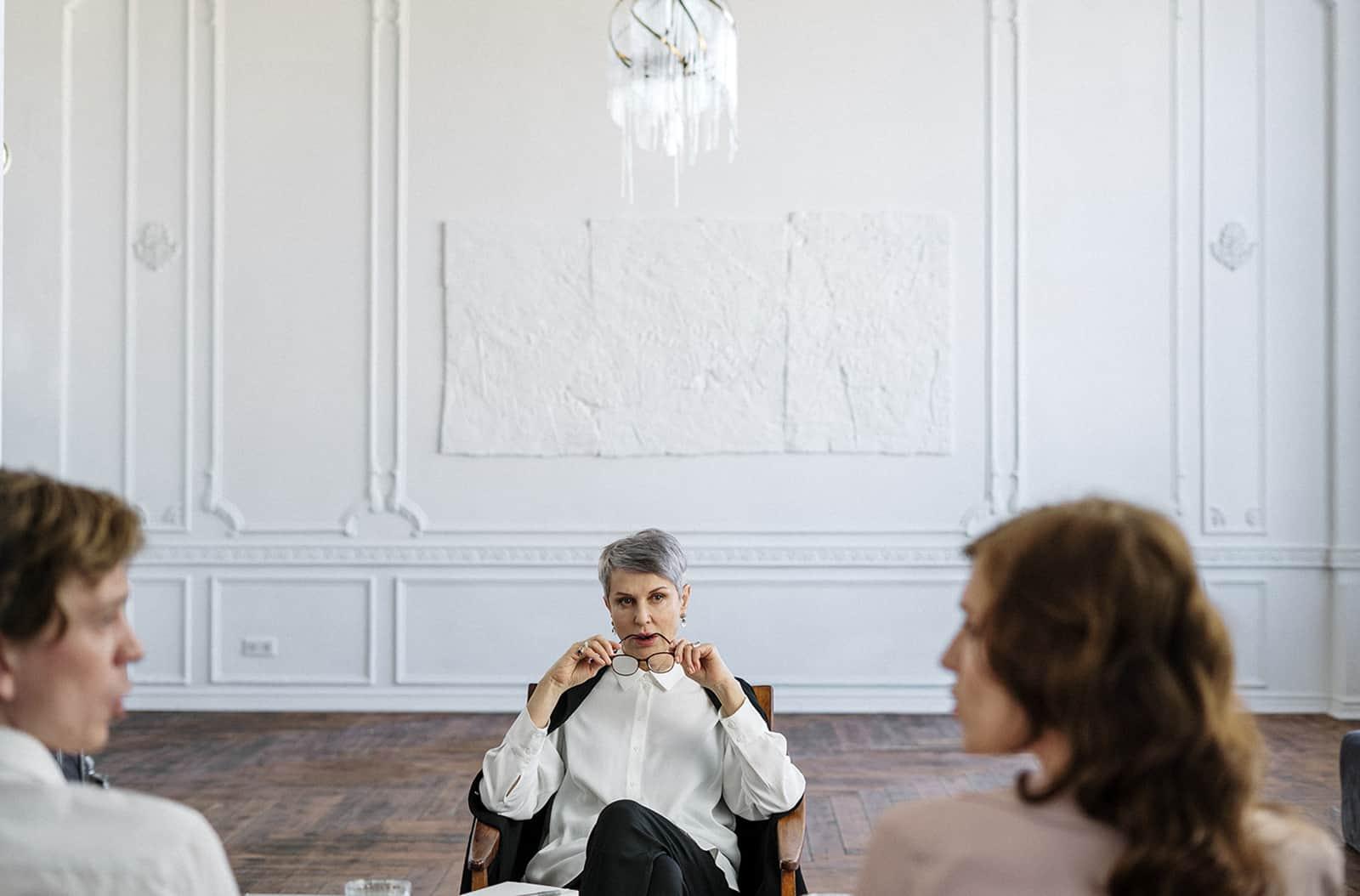 Ein Therapeut sitzt vor einem Paar und spricht miteinander