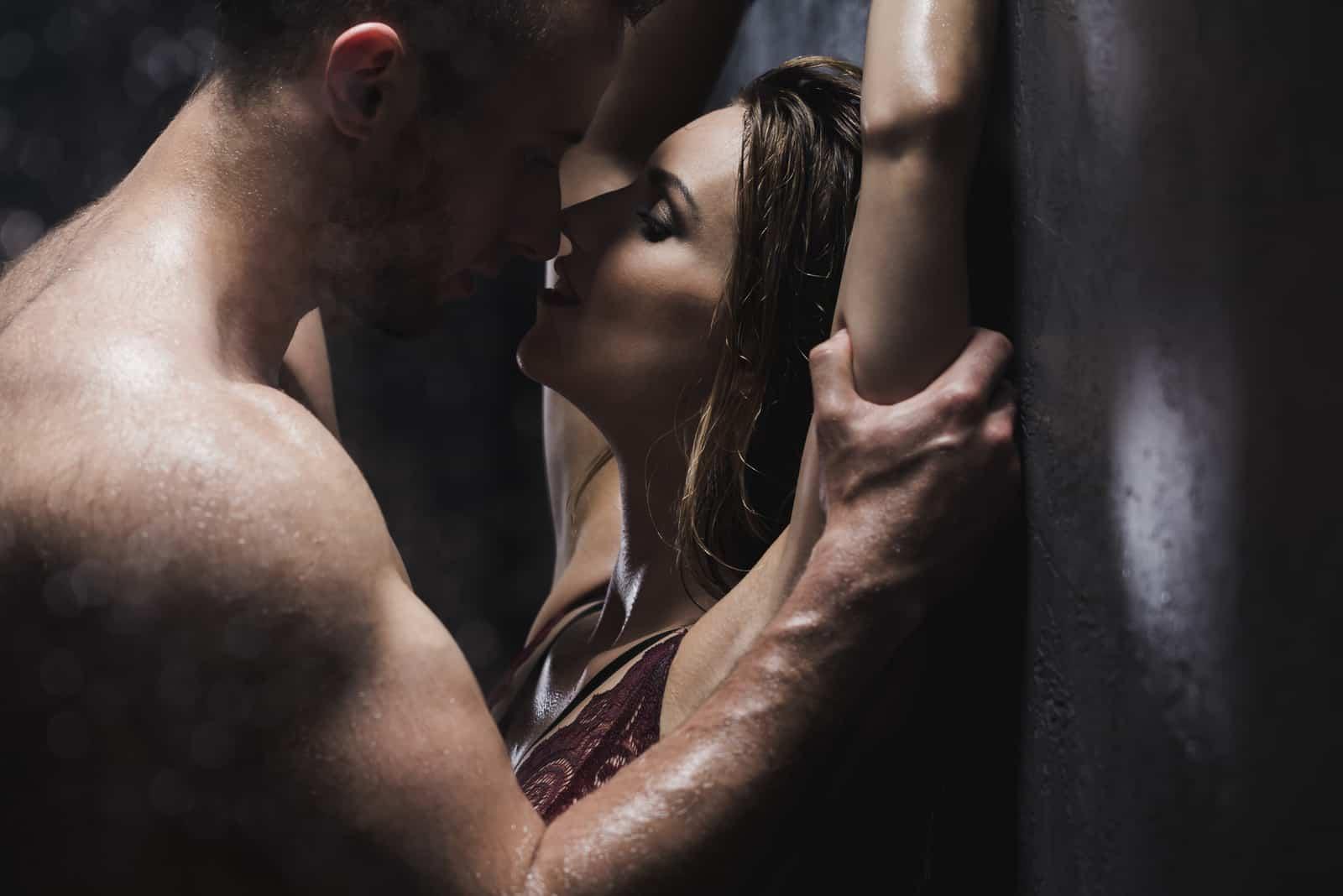 ein attraktives Liebespaar umarmt und küsst leidenschaftlich