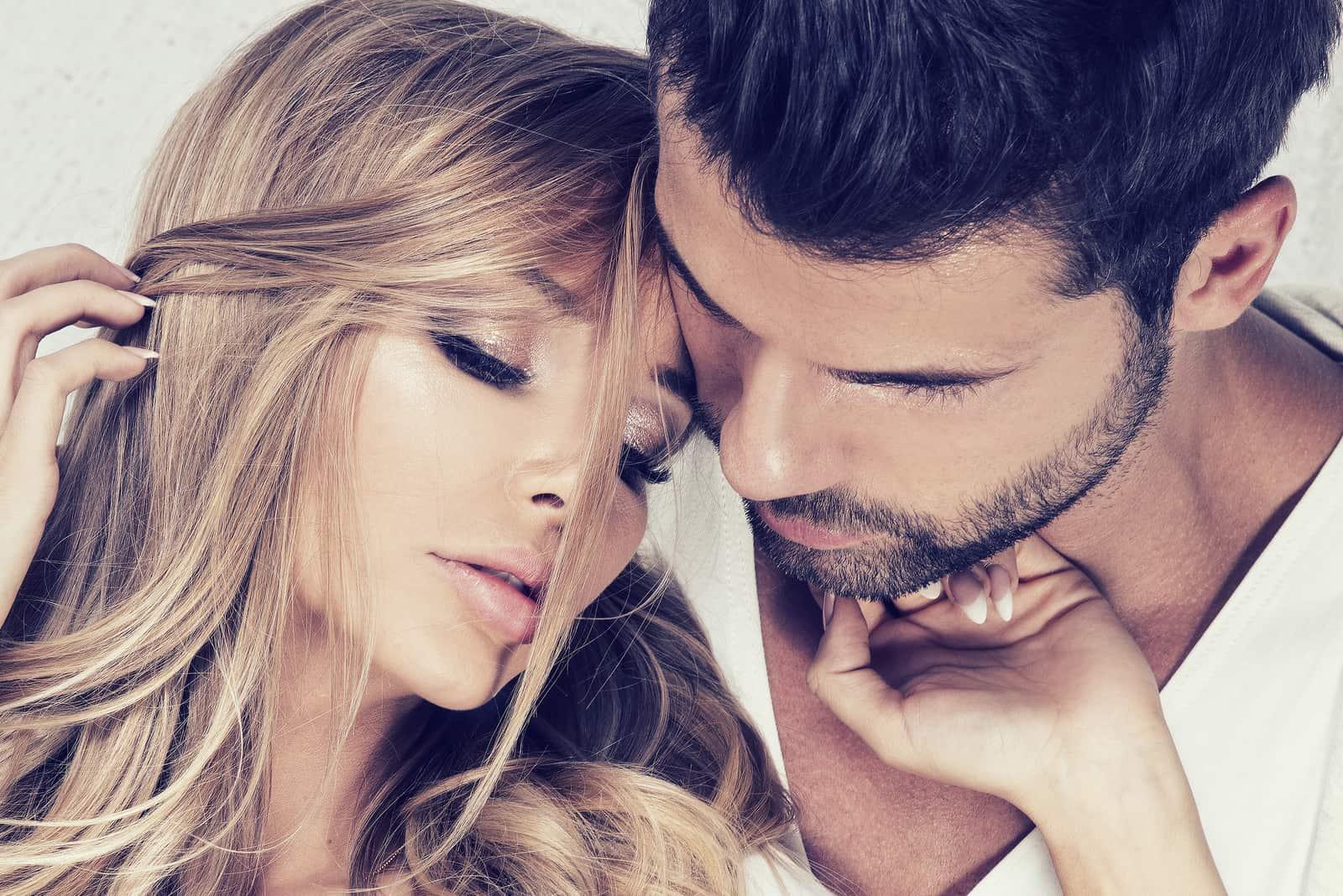 ein attraktives verliebtes Paar
