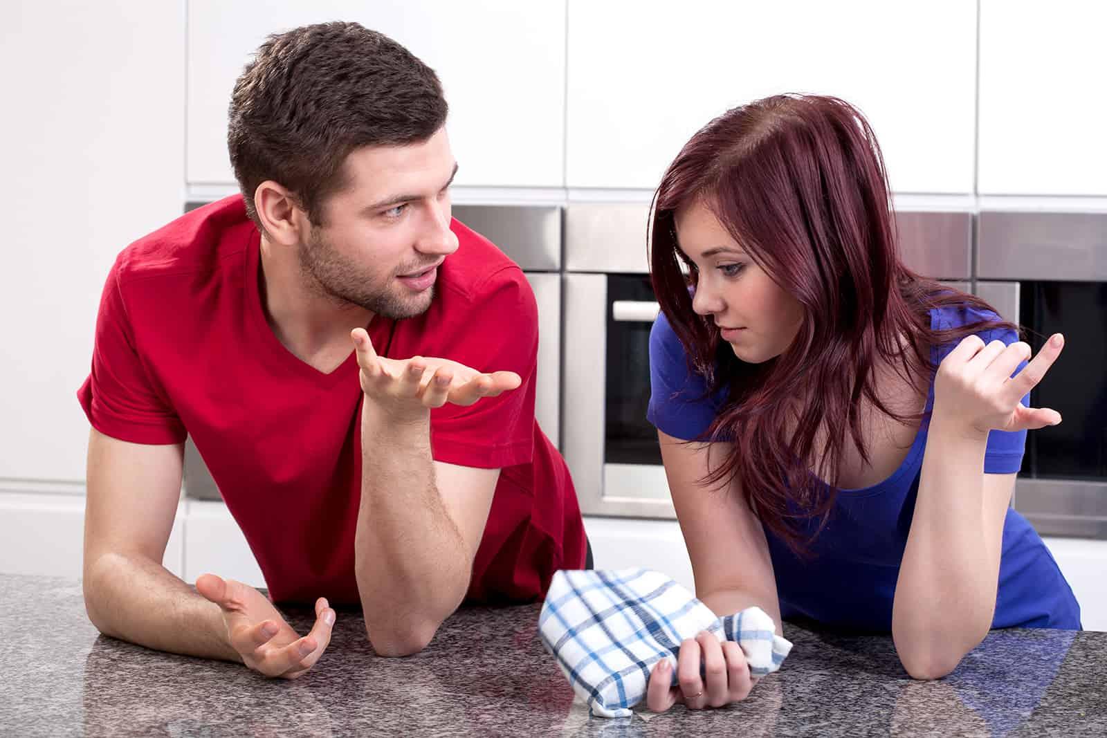 Ein junges Ehepaar spricht in der Küche