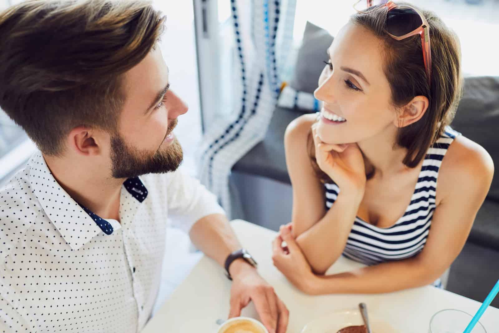 ein lächelndes Paar in der Liebe reden