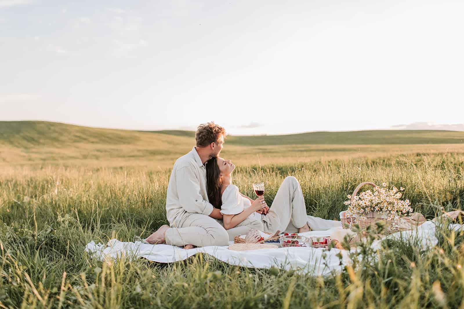 ein liebendes Paar, das ein Picknick auf der Wiese macht
