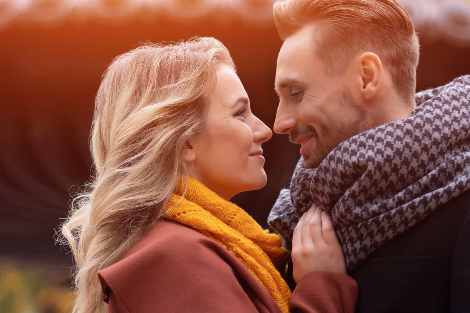 ein liebevolles Paar, das sich umarmt und ansieht
