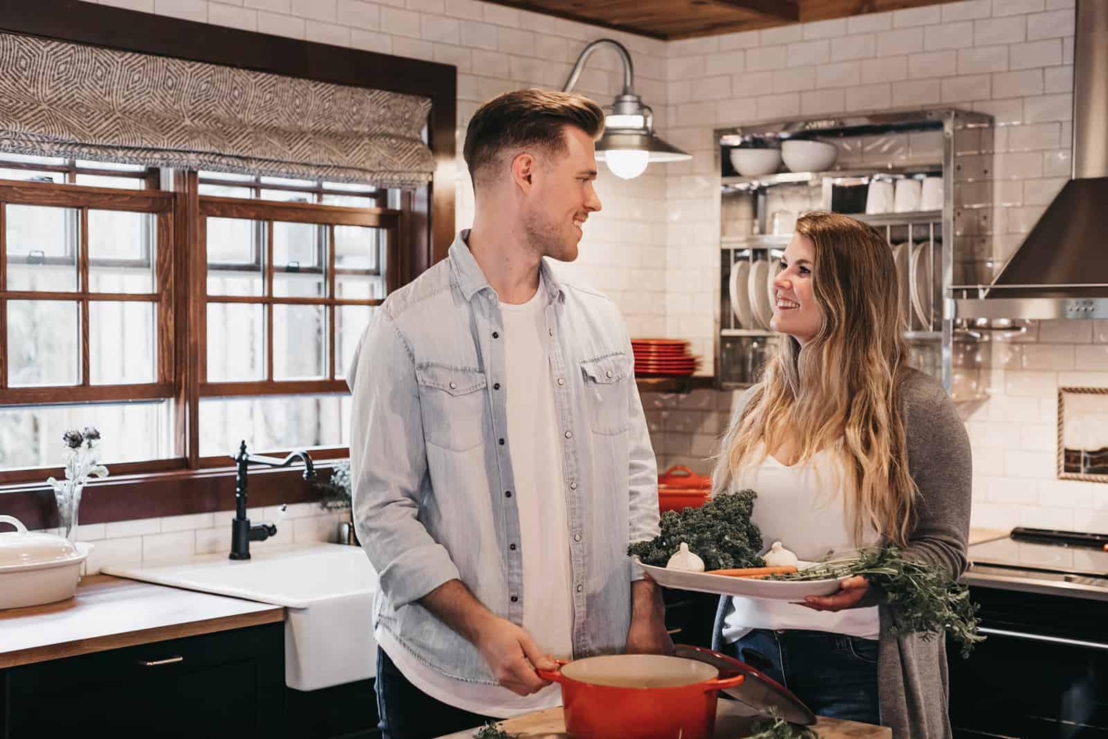 ein liebevolles Paar, das zusammen in der Küche eine Mahlzeit zubereitet