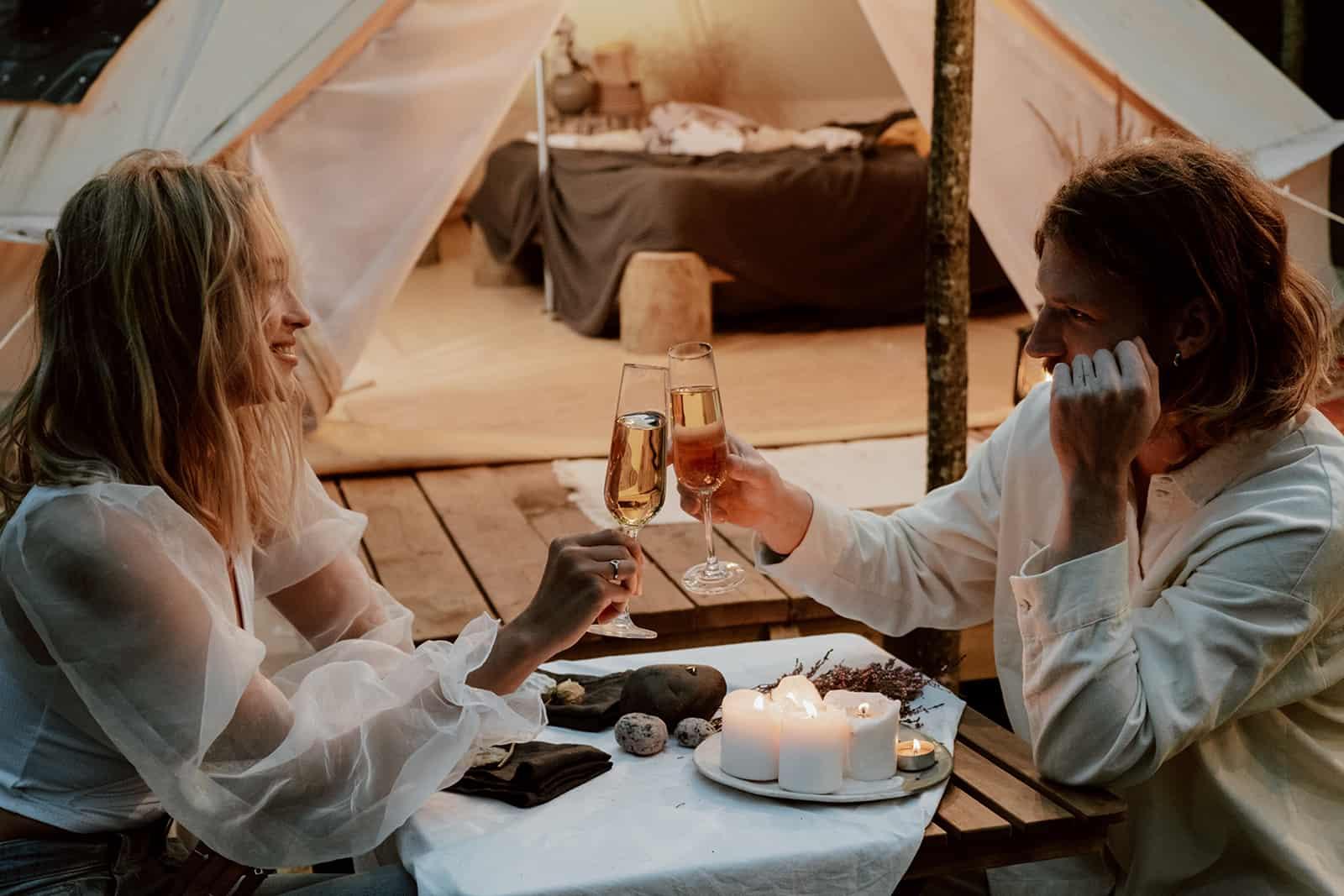 ein Paar, das an einem romantischen Abend mit Champagner anstößt
