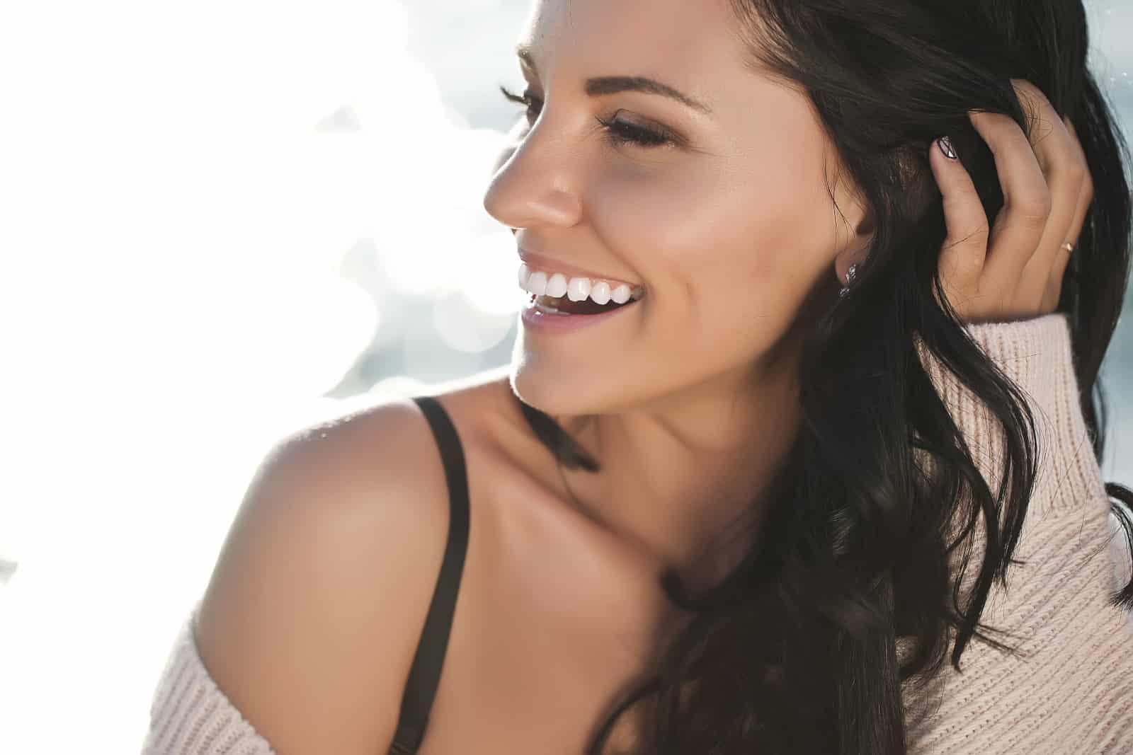ein schönes junges Mädchen lacht