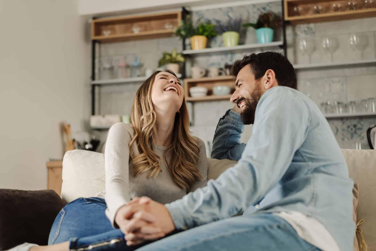 ein schönes lächelndes junges Paar
