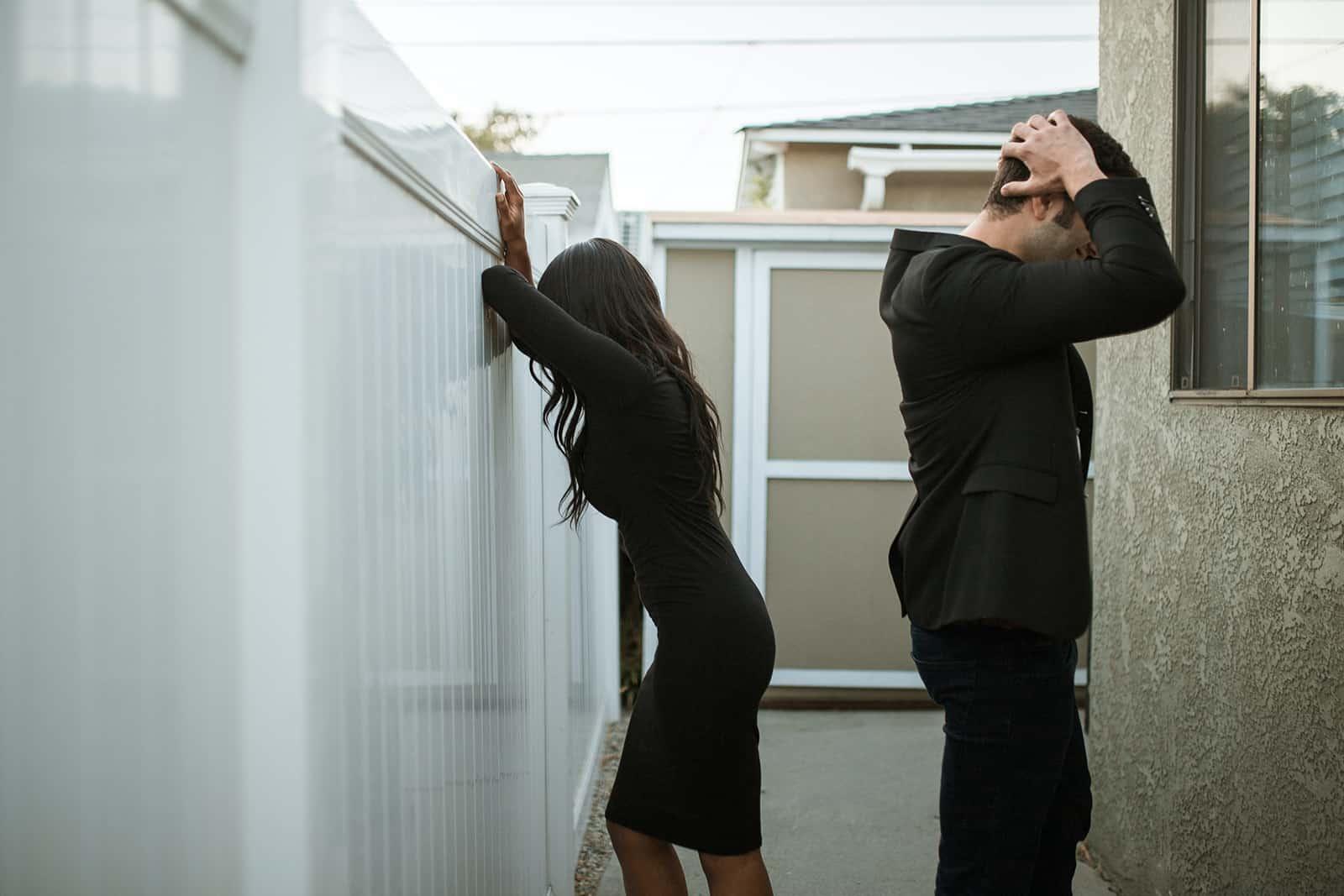 ein verzweifelter Mann und eine Frau, die sich während der Trennung von jedem abwenden