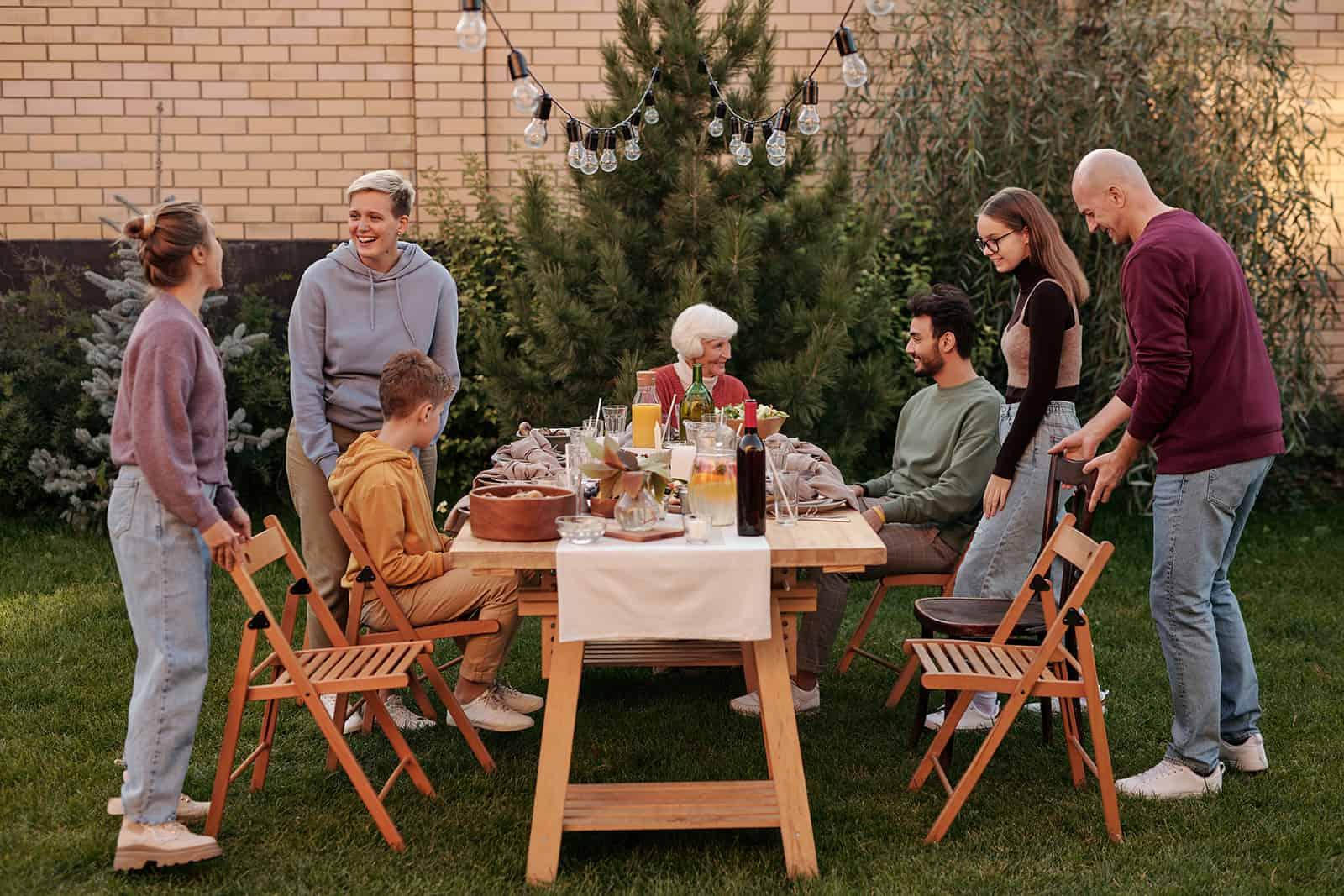 eine Familie, die auf dem Hof ein Picknick macht