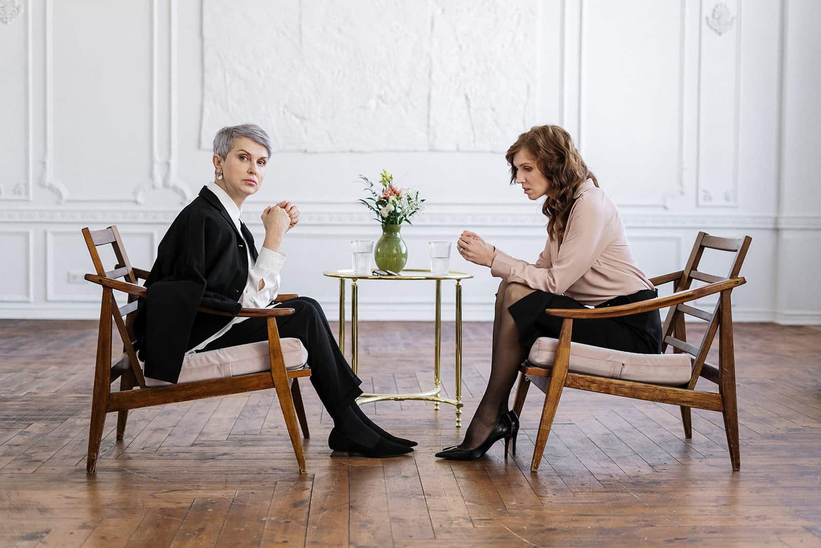 eine Frau, die mit einem Therapeuten während eines Gesprächs sitzt