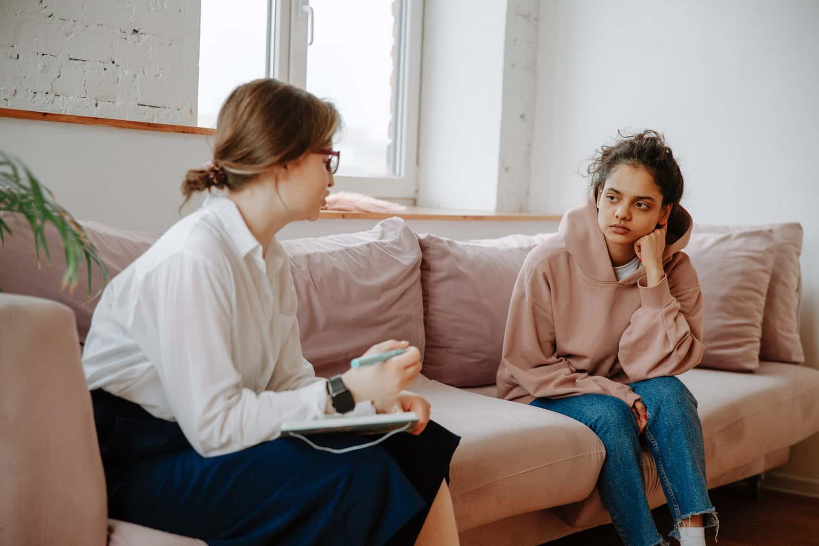 eine Frau, die mit einem Therapeuten über ihre Liebessucht spricht