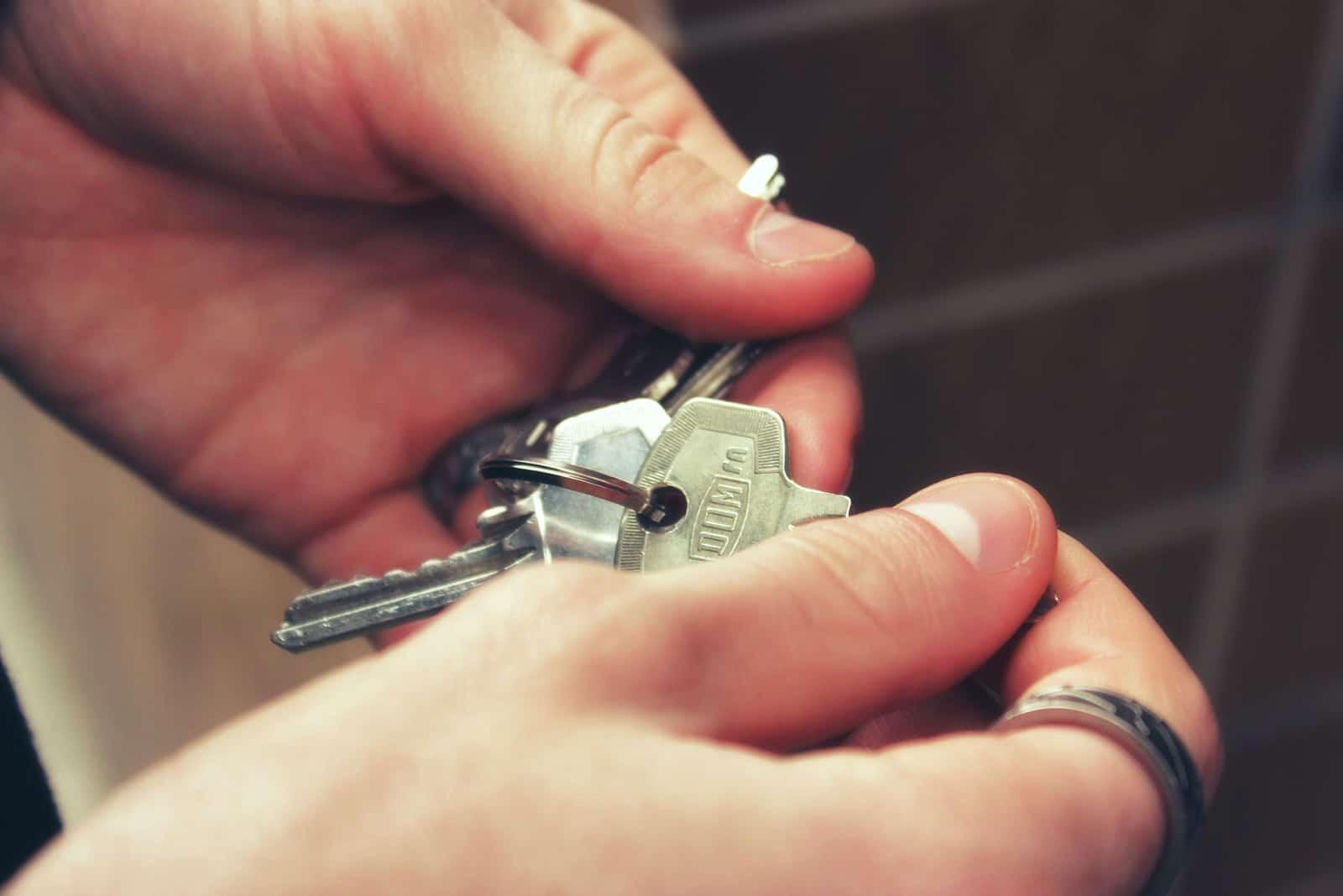 eine Person, die Schlüssel einer Wohnung hält